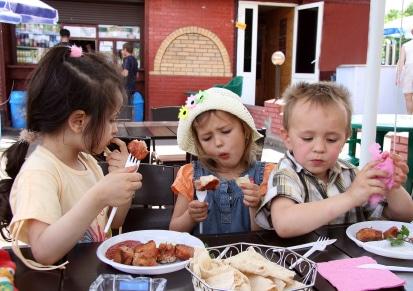 brisbane-kids-eating-in-a-restaurant