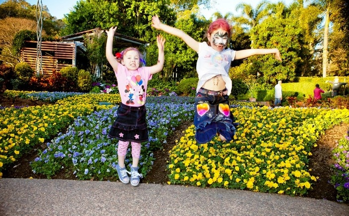 Web - Parks Alive - Girls jumping - Spectacle Garden-001