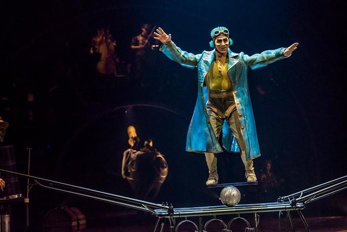 Kurious cirque du soleil acrobat, balancing in high wire