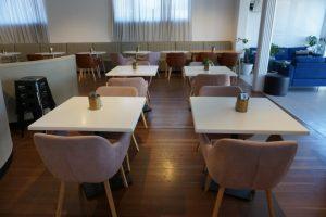 spacious eating area in cafe, jugar