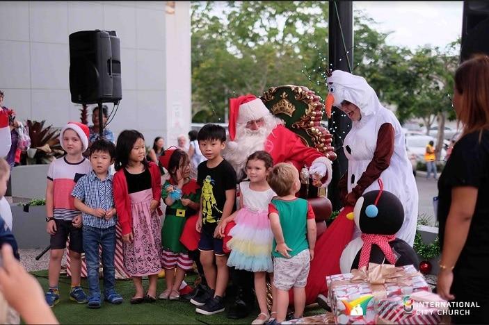 technicolour market and christmas show, Santa, Olaf and kids