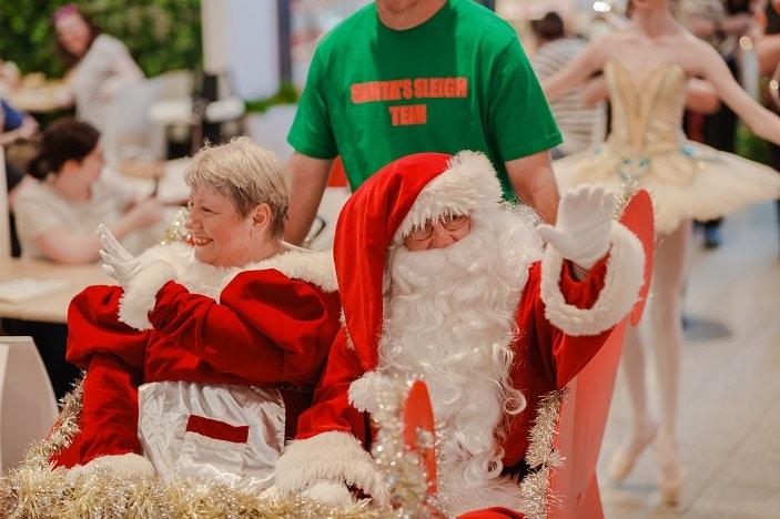 Santas arrival westfield north lakes, sanata dn mrs claus on a sleigh