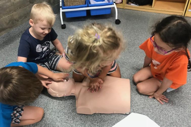 kindergarten children with resuscitation dummy